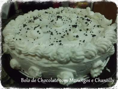 Receita Bolo de chocolate com morangos e chantilly