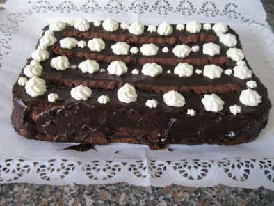 BOLO DE CHOCOLATE COM CHANTILY E MOUSSE DE CHOCOLATE