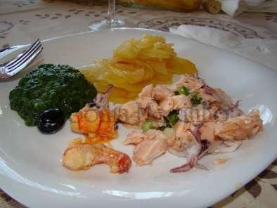 Grelhados mistos de peixe / batatas assadas no forno às rodelas