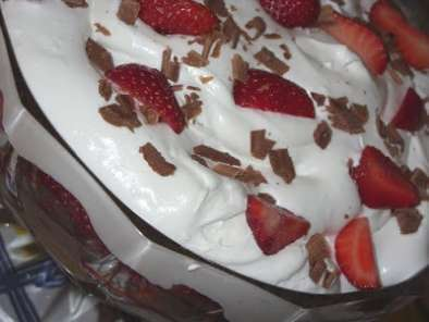 TRIFLE DE CHOCOLATE E MORANGO